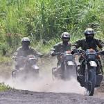 偵察用オートバイで侵入する隊員ら
