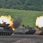砲撃を行う10式戦車 (8月27日撮影)