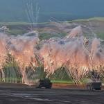 96式装輪装甲車が発煙弾を発射し演習はファイナルを迎える (8月24日撮影)