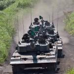 演習場中央に展開する90式戦車 (8月27日撮影)