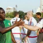 試合後に健闘を称え合うシリア(白)とマリ共和国(緑)の難民代表