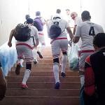 ピッチに向かうシリア代表の選手達
