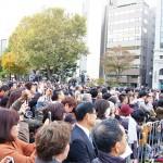 候補者の演説に耳を傾ける札幌市民=15日、北海道札幌市