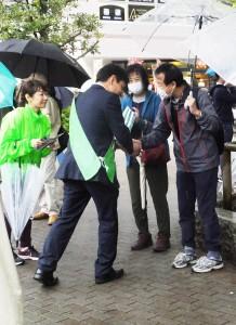 演説に集まった聴衆と握手をする候補者(15日、東京都江戸川区)
