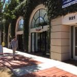 カリフォルニア州立大学ロサンゼルス校(UCLA)の学生街にあるアマゾンのピックアップ拠点のアマゾン@ウエストウッド(Amazon@Westwood:923 Westwood Blvd, Los Angeles, CA 90024)。ウエストウッドにはUCLAの学生が多く住んでおり、レストランやカフェも充実している学生街だ。