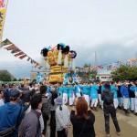 大江浜の会場の様子、港町だけに大漁旗が飾られている