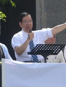 演説する志位和夫氏=18日、正午過ぎ、沖縄県庁前