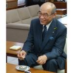 五郎島金時を使ったロールケーキを試食する谷本石川県知事(右)=19日午後、同県庁