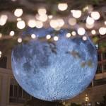 直径7メートルの迫力、買い物中もお月様を観賞