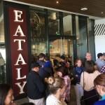 イータリーLAは11月3日、ウエストフィールド・センチュリーシティ・ショッピングセンターにオープンした。4日の午前中に訪れたが入店規制されており、入店までに30分程度かかった。