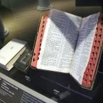 トルーマン元大統領が使用した聖書(奥)とアイゼンハワー元米大統領が使用した聖書(手前)