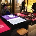 タッチパネル式スクリーンで古文書を読む女性