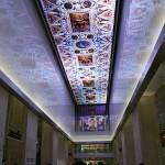 ステンドグラス風など様々な模様に変化する液晶パネルが天井に敷き詰められたチケット売り場
