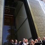 「聖書博物館」のオープン式典でテープカットする関係者ら