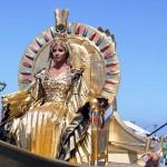 船をかたどった乗り物に乗ってパレードするクレオパトラ