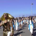 古代プトレマイオス朝時代の衣装をまとった男女によるパレード