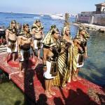 海中にあるクレオパトラの宮殿を偲ぶクレオパトラとファラオの衣装をまとった男たち
