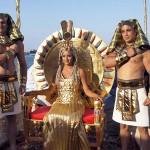 クレオパトラとファラオの衣装をまとった男たち