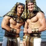 ファラオの衣装に身を包む男たち