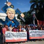 トランプ大統領の肖像前で気勢を上げるデモ隊