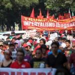 ASEAN会議の会場に向け行進するデモ隊