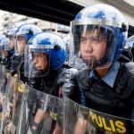 デモ隊との衝突に備え緊張した面持ちの警官たち