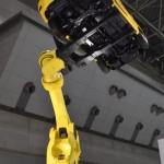 ファナック株式会社ブースでは、自動車製造業向けの超大ロボットアームの展示。自動車を軽々と持ち上げる