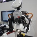 THKブースでは人型作業ロボットの技術展示。腕部の爪を交換し多様な作業に従事できる