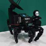 日本電産株式会社ブース内、小型のマニピュレータを用いた歩行機械。歩く姿が可愛らしい