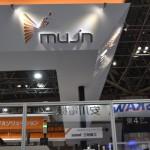 産業用ロボットコントローラーを手がけるMUJIN社のブース。大規模な展示ブースに駆動音が響く