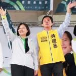 蔡英文氏(左端)と黄国昌氏