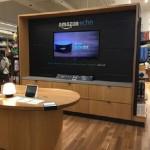 アマゾン・ブックスで展示・販売されているスマートスピーカーのエコー・ショーとエコー・ドット(テレビ映像)。