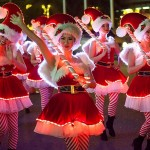 サンタを先導するサンタコスチュームの女性たち