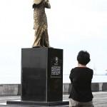 慰安婦像を熱心に撮影する女性