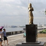 慰安婦像を見上げる外国人と思われる男性たち