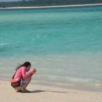 ハテの浜で写真を撮る女性