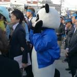 名護市長選の稲嶺進候補の出陣式に現れたパンダの着ぐるみ=28日、沖縄県名護市大中
