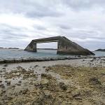 久米島と奥武島の間の海の中にあるシールガチ橋は干潮時にだけ渡れ