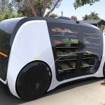 オンデマンド&セルフ・ドライビングのロボマートは、小型トラックを乗用車化したワンボックスのような流線形を帯びた無人・移動スーパーEVだ。車の側面には食品スーパーでディスプレイされているようにプロデュース・ラックが並んでおり、野菜や果物も陳列できるよう冷蔵システム(保温システム)が搭載されている。