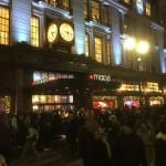 メーシーズNY本店(昨年のブラックフライデー)。低迷するデパートメントストアでさえブラックフライデーは大盛況で、店に入ることも難しいほどだった。