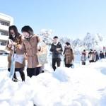 大雪で交通機関に遅れ、受験生を送る車の列