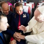 ローマ法王、機上で「サプライズ結婚式」