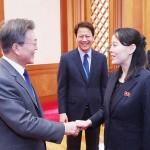北朝鮮の金正恩朝鮮労働党委員長の特使として訪韓し、文在寅大統領(左)と会談する金与正党第1副部長(右)=2018年2月、ソウル(AFP時事)
