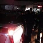 一方通行を逆走した車両は警察に制止された=1月31日午後6時半ごろ、沖縄県名護市大南(読者提供)