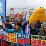 現職候補の最終演説会に集まった支持者。大きなジュゴンのオブジェも=3日夕方、沖縄県名護市大北