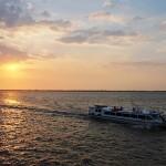 アマゾン川に沈む夕陽と周辺各都市を結ぶ定期連絡船