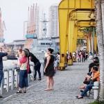 遊歩道で夕涼みを楽しむ市民と観光客