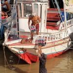 アマゾン川では船が重要な輸送手段