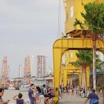 港湾地区の遊歩道で涼む市民や観光客