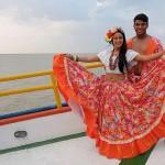 周遊船で伝統舞踊を踊るダンサー